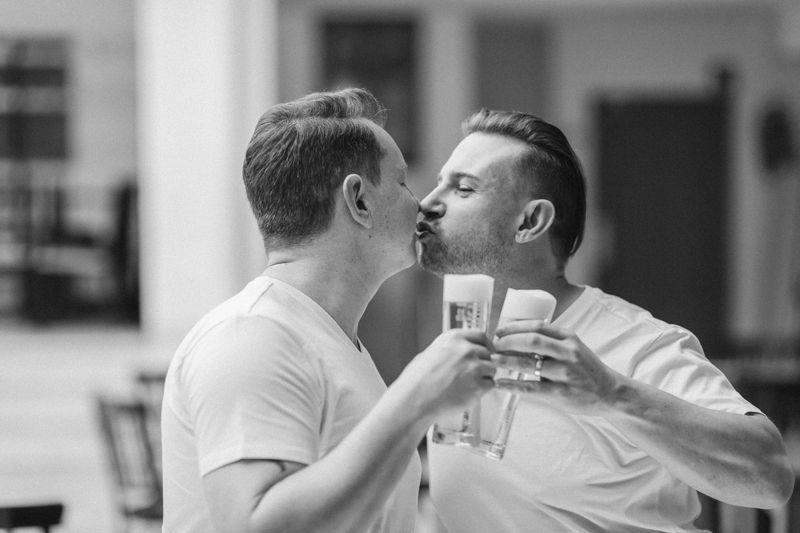 hochzeitsfotograf kaenten zwei männer beim küssen mit bier in der hand