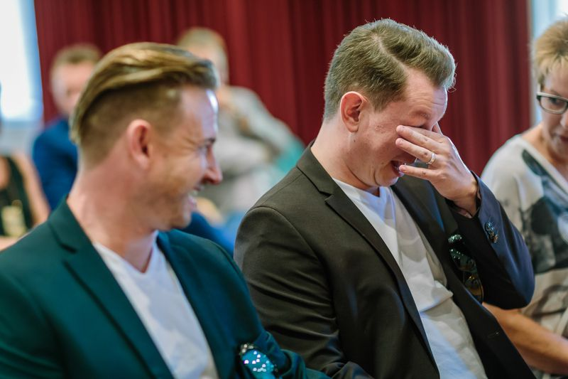 hochzeitsfotograf kaernten, bojan und roman, ein gleichgeschlechtliches paar in der johenneskirche in klagenfurt, berührt von gefühlen und den tränen nahe