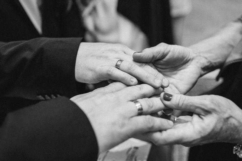hochzeitsfotograf kaernten, bojan und roman, ein gleichgeschlechtliches paar, zeigt die ringe