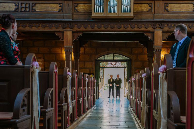 hochzeitsfotograf kaernten, bojan und roman, ein gleichgeschlechtliches paar beim einzug in die johanneskirchein klagenfurt vor der trauung