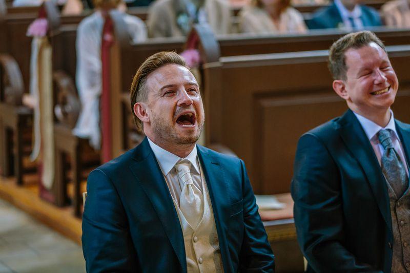 hochzeitsfotograf kaernten, bojan und roman, ein gleichgeschlechtliches paar beim der trauung in der johanneskirchein klagenfurt, sie haben ihre freude
