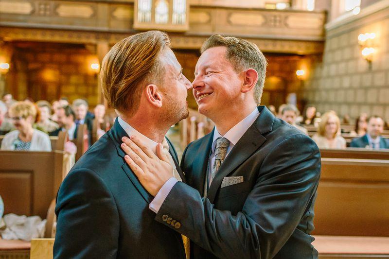 hochzeitsfotograf kaernten, bojan und roman, ein gleichgeschlechtliches paar beim kuss in der johanneskirchein klagenfurt