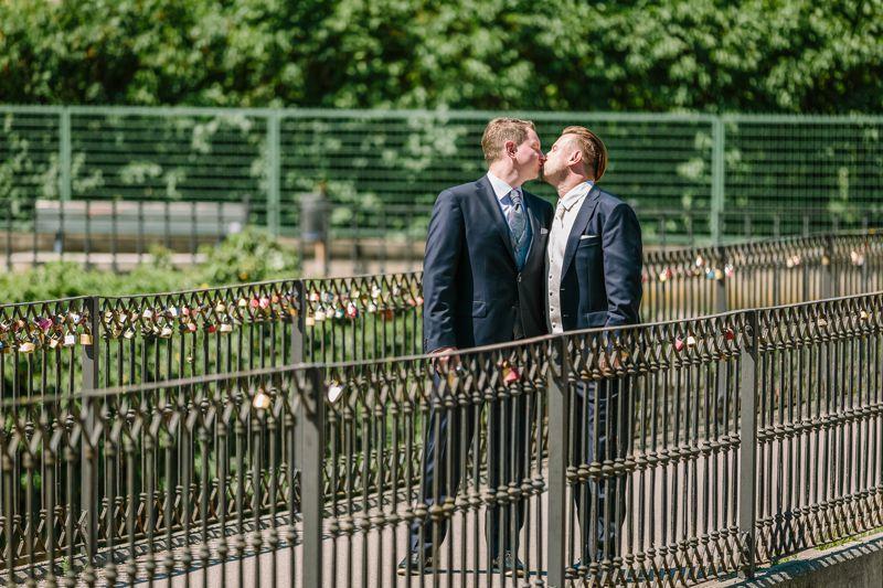hochzeitsfotograf kaernten, bojan und roman, ein gleichgeschlechtliches paar beim kuss nach der trauung in der johanneskirchein klagenfurt